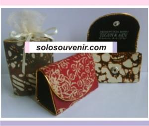 Souvenir Pernikahan dompet segitiga batik