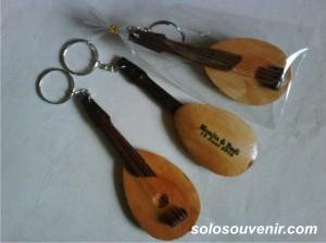 Souvenir Pernikahan Gantungan Kunci gitar 001