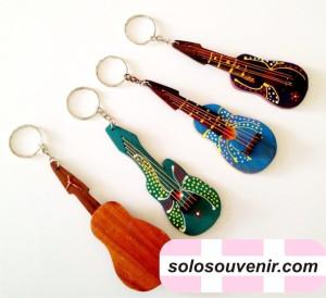Souvenir Pernikahan Gantungan Kunci Gitar Lukis