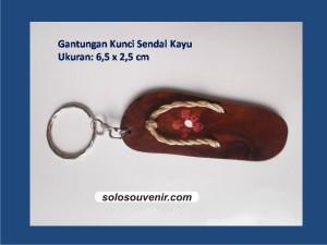 Souvenir Pernikahan Gantungan Kunci Sendal Kayu