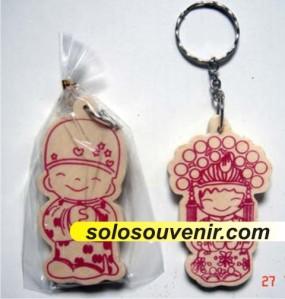 Souvenir Gantungan kunci kayu couple oriental