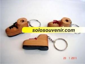 Souvenir Pernikahan Gantungan Kunci sepatu kayu