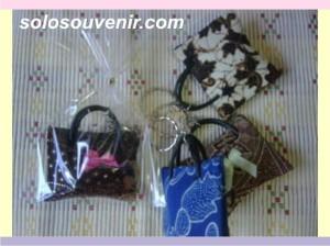 Souvenir Pernikahan Gantungan Kunci tas bantal batik