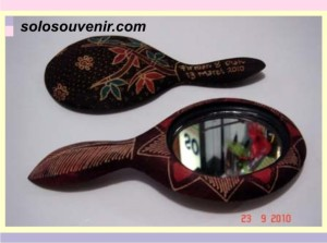 Souvenir Pernikahan kaca batik oval kecil