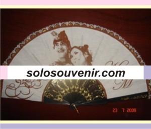Souvenir Pernikahan kipas blacu tangkai hitam