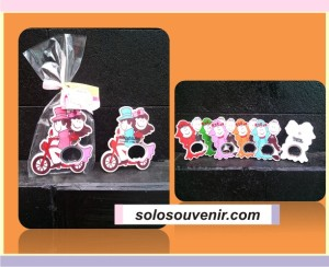 Souvenir Pernikahan Pembuka Botol Couple Platik Pita Bunga Kartu Ucapan