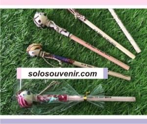 Souvenir Pernikahan Pensil Blangkon BatikNomor Produk 572 Tersedia 1 Dimensi P 19 cm Warna Bahan Harga Rp. 2.000,00