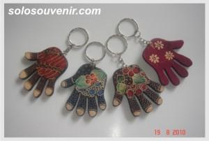 Souvenir Pernikahan Gantungan Kunci lukis batik bentuk tangan