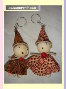 Souvenir Pernikahan Gantungan Kunci boneka batik