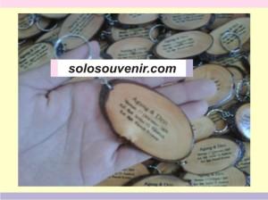 Souvenir Pernikahan Gantungan Kunci pinus sablon
