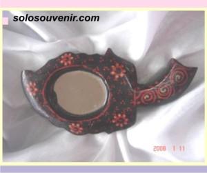 Souvenir Pernikahan kaca batik dau kecil pernis