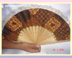 Souvenir Pernikahan kipas batik renda
