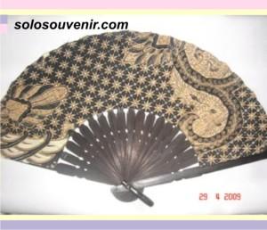 Souvenir Pernikahan kipas batik halus