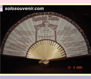 Souvenir Pernikahan kipas dan undangan