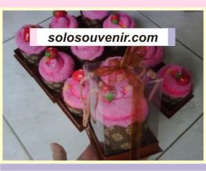 Souvenir Pernikahan towel cake strawberry box