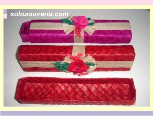 Souvenir Pernikahan tempat pensil pandan hias bunga