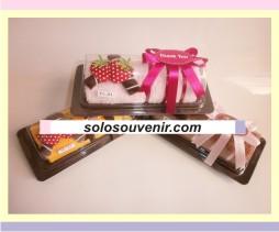 Souvenir Pernikahan towel cake roll astor & strawberry ( TC 21)