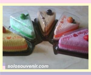 Souvenir Pernikahan towel cake 30x30 pvc segi3