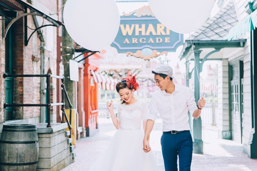 retro-pre-wedding-shoot-universal-studios-singapore-giant-balloons